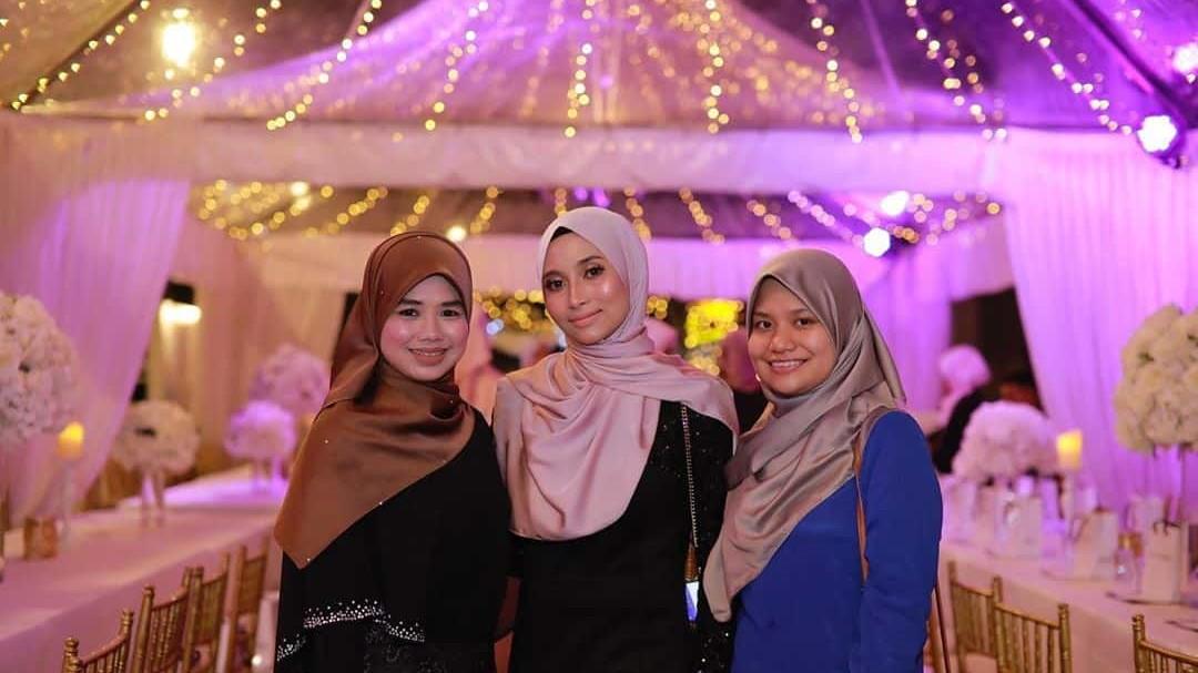 3-wanita-berdiri-di-bawah-kanopi-raja-briyani-catering